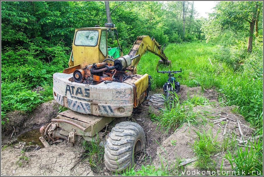 Трактор встрял при строительстве велодорожки