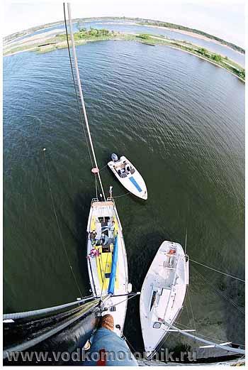 На мачте яхты Новелла.
