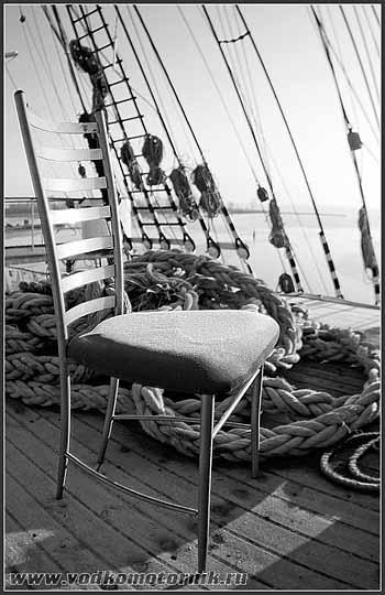 Барный стул в чуждой обстановке. 2008г.