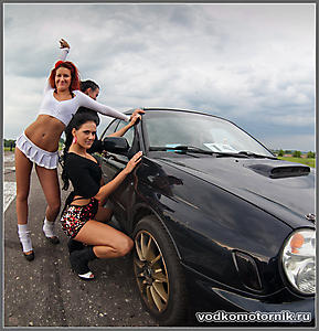 Стартующий автомобиль с девушками