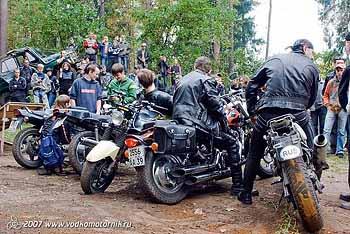 56 Под трамплин ставят 5 мотоциклов.