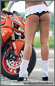 Женские ноги на фоне оранжевого мото
