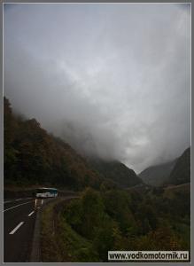 В Пиренеях небо мглою горы кроет