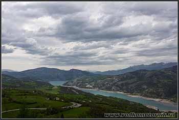 Франция. Альпы. Вид на озеро.