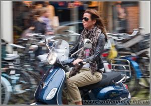 Амстердам - мадам на мотороллере