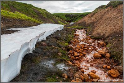 Исландия. Снег и рыжая река