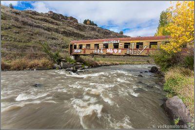 Грузия - железнодорожный мост - вагон через реку Паравани.