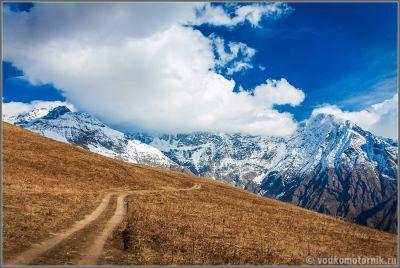 Полевая дорога в горах Сванетии