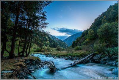 Берег реки поздним вечером