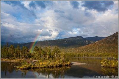 Радуга на озере Щучье в Хибинах