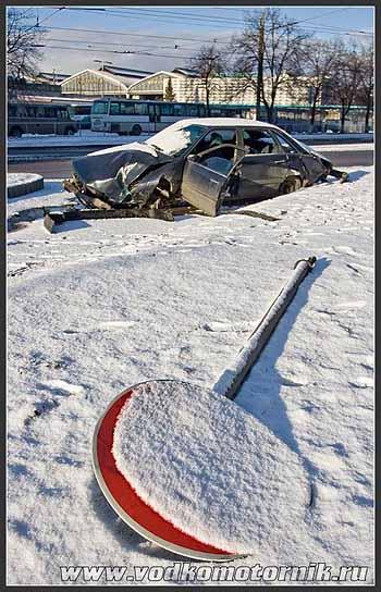 Audi 100 въехала в столб...