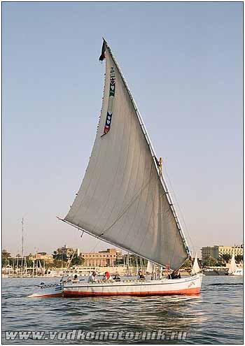 Яхта с косым парусом на вечернем Ниле 2007г.