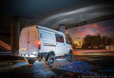 Соболь 4х4 в ночном городе Калининград