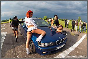 Синий BMW на старте
