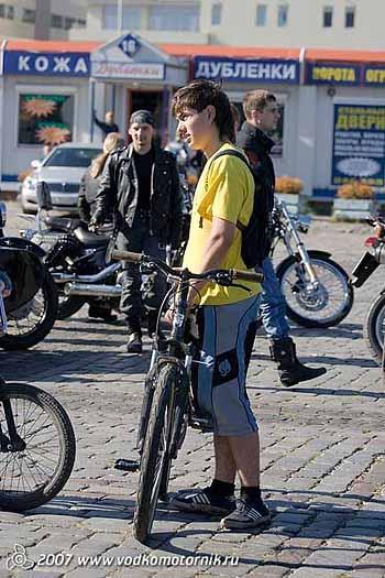 Молодежь прибыла на велосипедах.