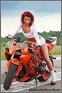 Дама на мотоцикле