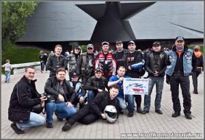 Калининградцы у входа в Брестскую крепость