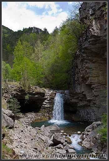 Франция. Альпы. Водопад в горах.