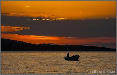 Рыбак, возвращающийся с успешной рыбалки