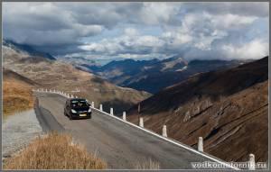 Перевал в Альпах Furka pass - дорога