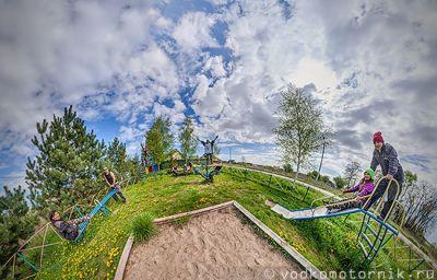 Переполненная детская площадка - панорама 360° градусов