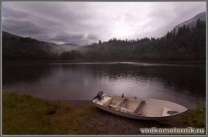 Одинокая водкомоторка на берегу