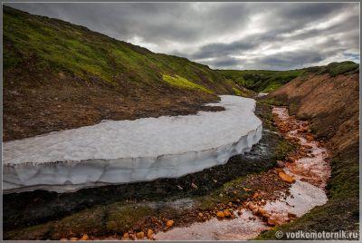 Исландия. Снег у рыжей реки