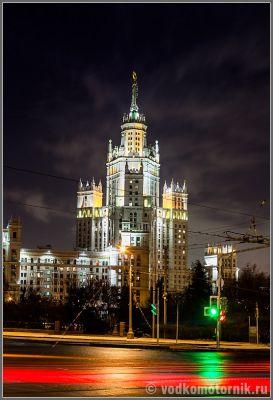 Московская избушка в ночи