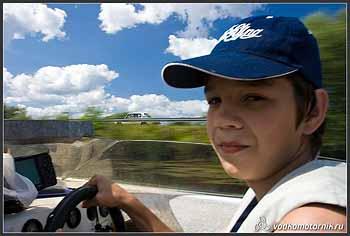 Рулевой водномоторного катера.