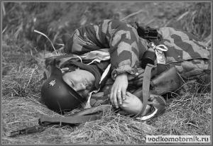 Солдат вермахта повержен на землю
