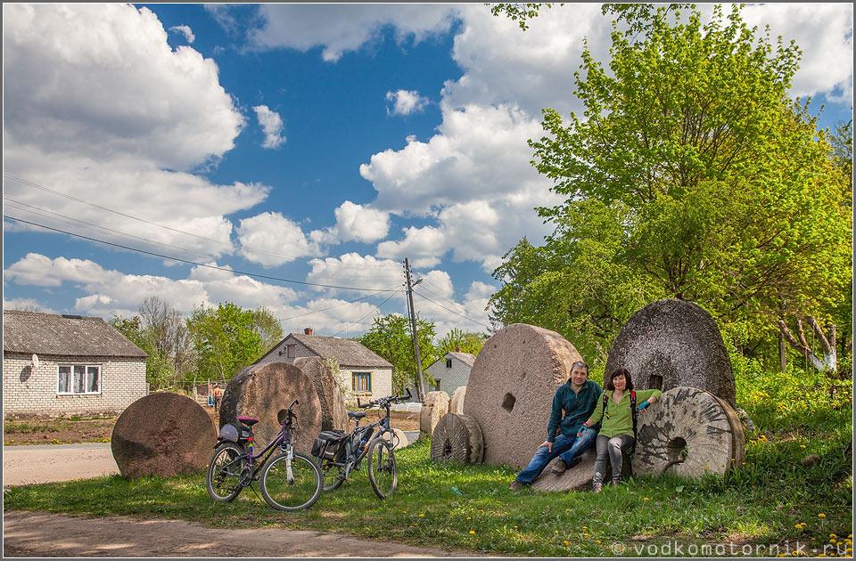 Велосипедисты в окружении колес
